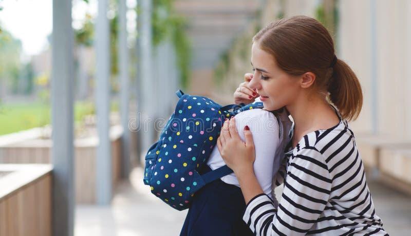 日第一所学校 母亲带领小孩f的学校女孩 免版税库存图片