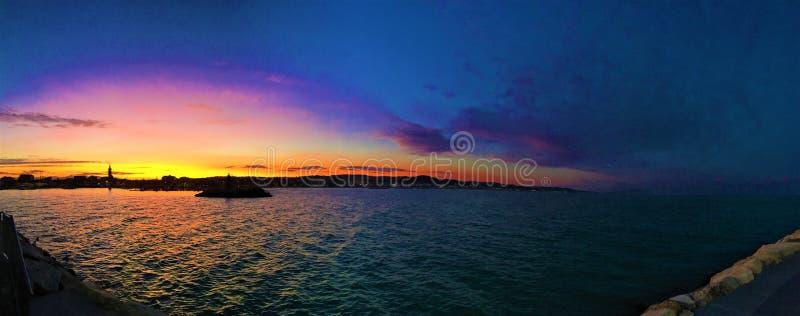 日落、海和颜色在Civitanova马尔什旅游港口  免版税库存照片