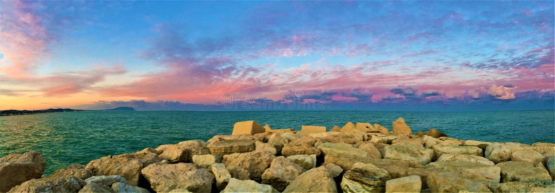 日落、海和颜色在Civitanova马尔什旅游港口  库存图片