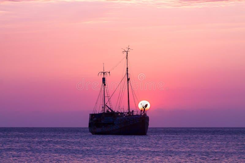 日落与一艘原始的海盗船的海景视图 图库摄影