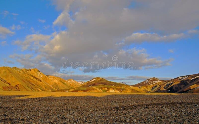 日落与流纹岩火山的山的风景视图夏令时,兰德曼纳劳卡地区,Fjallabak自然保护,冰岛 库存照片