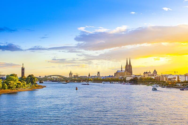 日落与穹顶和莱茵河的科隆 库存照片