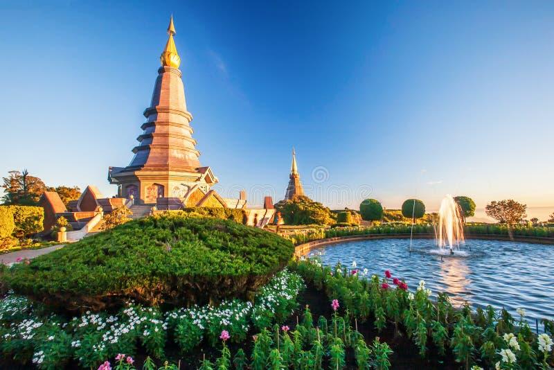 日落两座塔,游人放松大约两座塔的,美丽的山和光风景风景有热带庭院的 库存图片