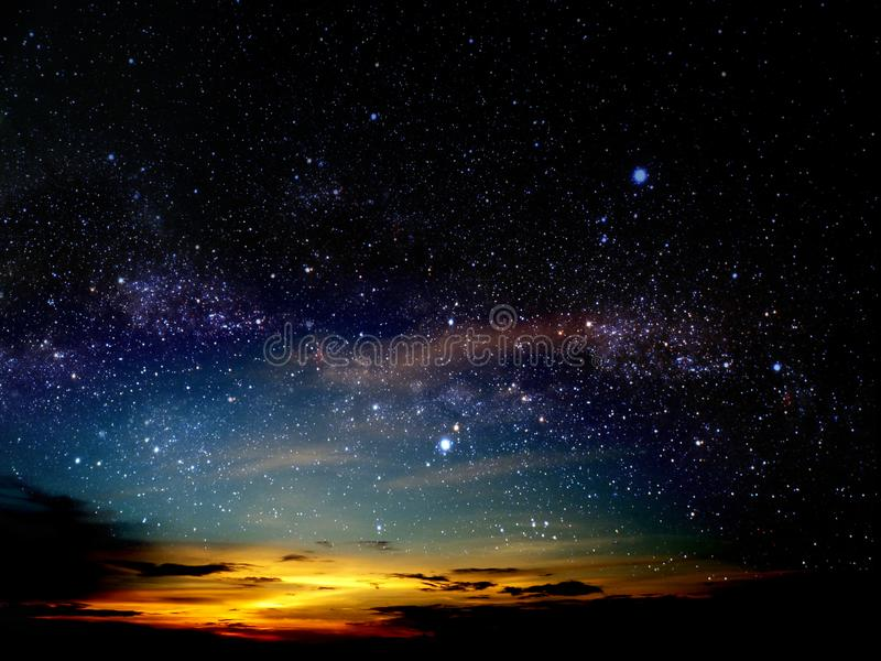 日落云彩光在夜空的在宇宙担任主角 免版税图库摄影