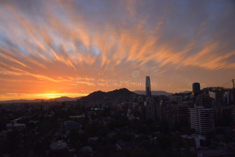 日落云彩和都市风景 库存照片