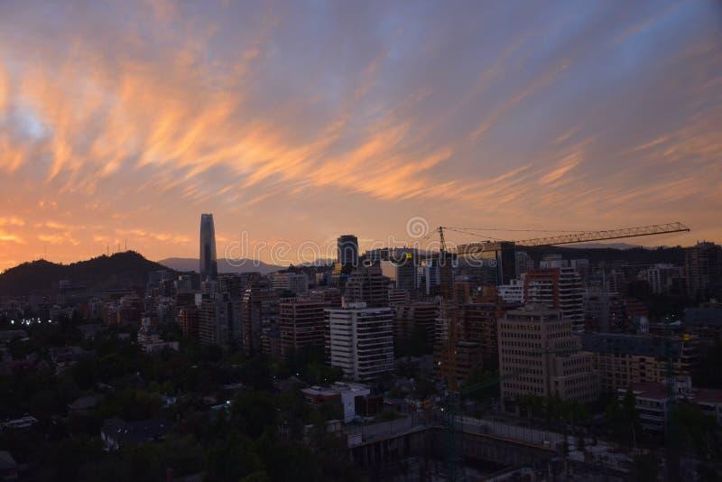 日落云彩和都市风景 库存图片