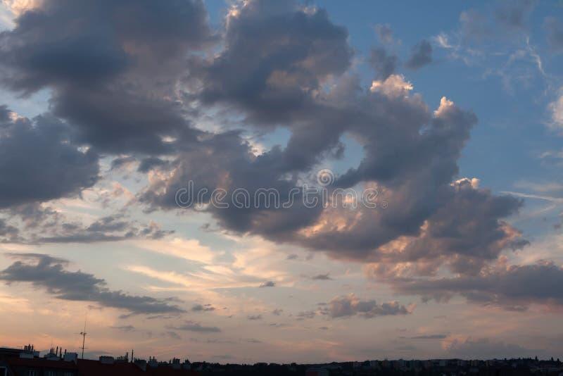 日落云彩在布拉格,捷克 库存照片