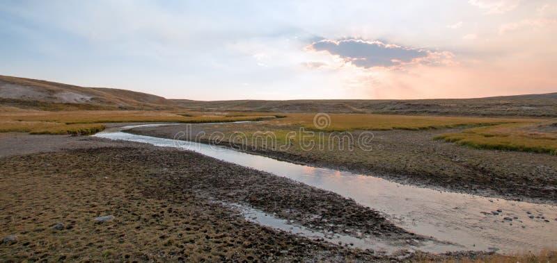 日落云彩太阳发出光线在麋在海登谷的安特小河在黄石国家公园在怀俄明 库存照片