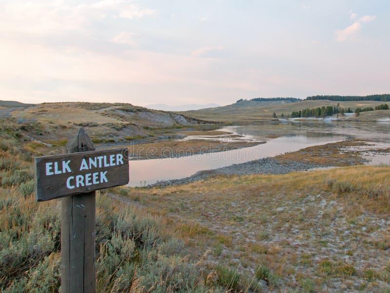 日落云彩太阳发出光线在麋在海登谷的安特小河在黄石国家公园在怀俄明 免版税库存照片