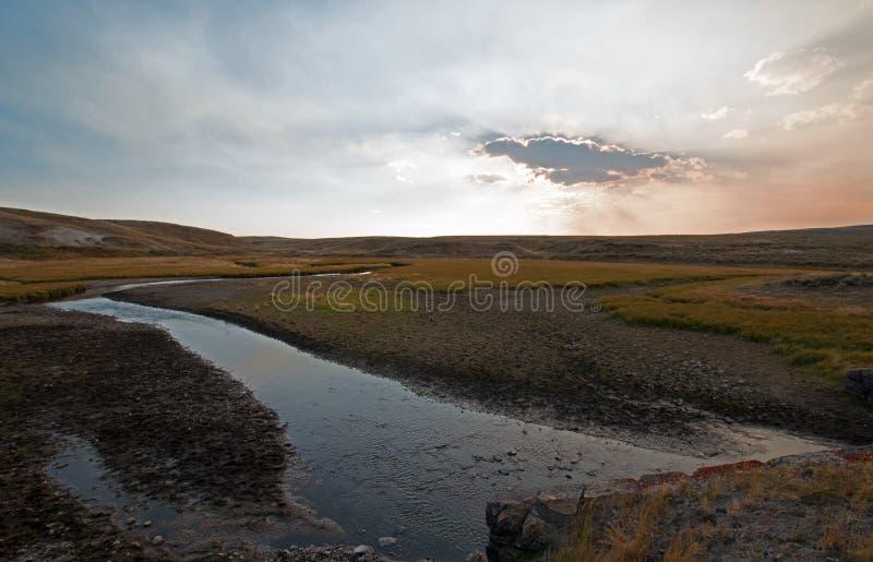 日落云彩太阳发出光线在麋在海登谷的安特小河在黄石国家公园在怀俄明 图库摄影