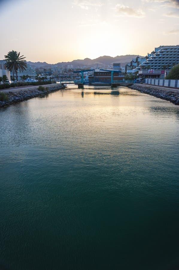 日落从许多海湾桥梁之一的城市视图在埃拉特,红海,以色列 库存图片