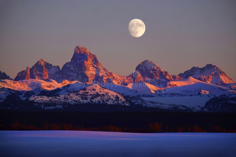 日落光在Tetons Teton山的阿尔彭焕发与月亮Risi 库存图片