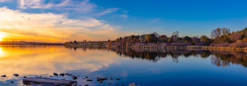 日落全景与美好的地平线的在湖Zorinsky奥马哈内布拉斯加 免版税图库摄影