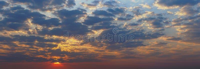 日落全景视图与黑暗的clound,五颜六色的天空backgrou的 免版税库存图片