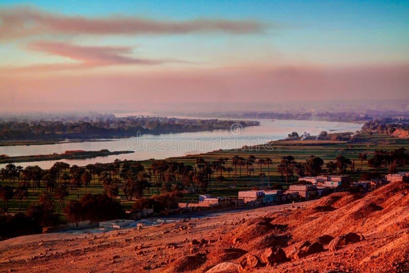日落全景视图向从Beni哈桑考古学站点, Minya,埃及的尼罗河 库存图片