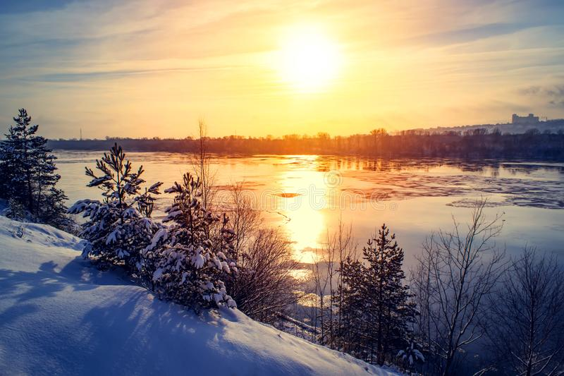 日落冬天雪自然河天际风景 冬天雪森林河日落视图 日落冬天河雪 库存图片