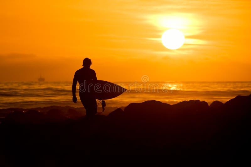 日落冲浪者 库存照片