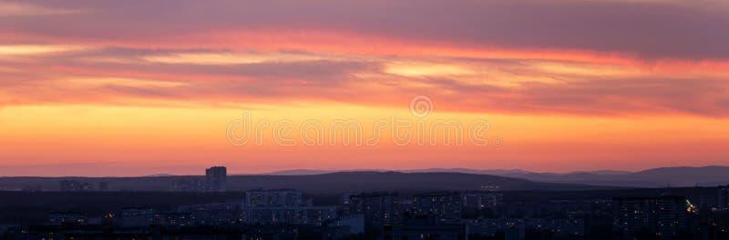 日落初期,大都会上空乌云 库存照片