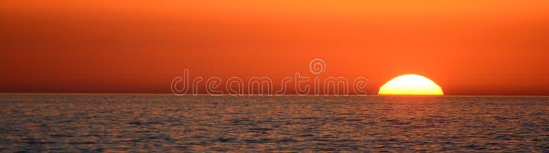 日落到海里 图库摄影