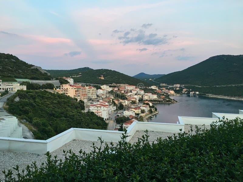 日落前的村庄 库存照片