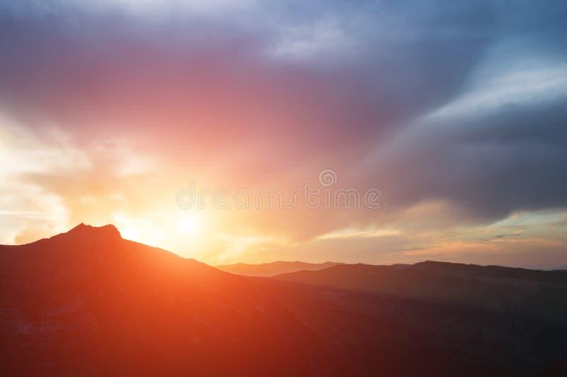 日落剧烈的看法在小山的 免版税图库摄影