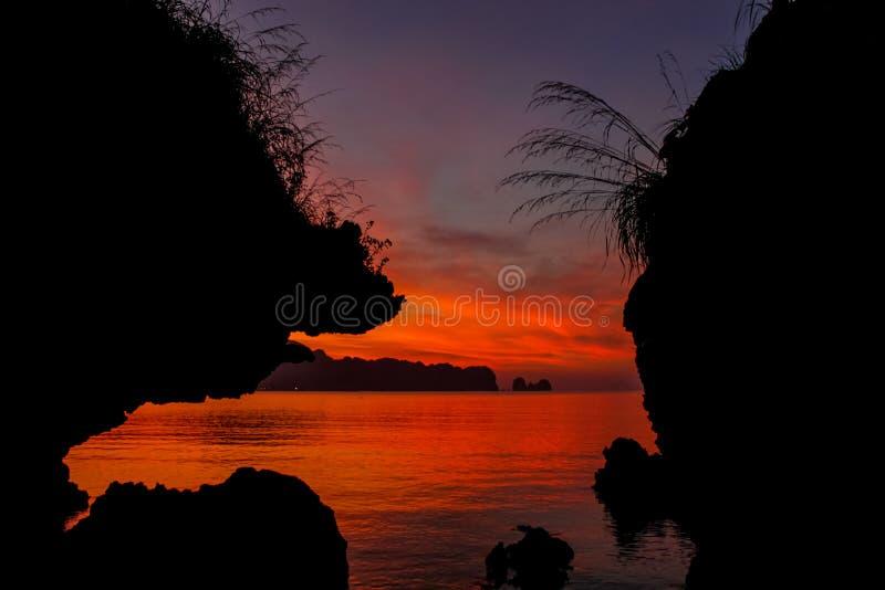日落剪影海海湾在泰国 免版税库存图片