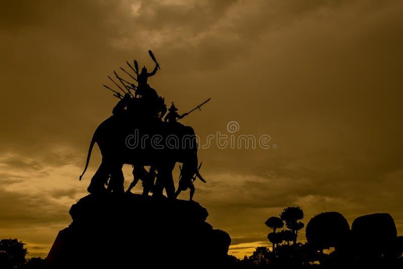 日落剪影,斯里Suriyothai,Ayutthay国王的纪念碑 库存照片
