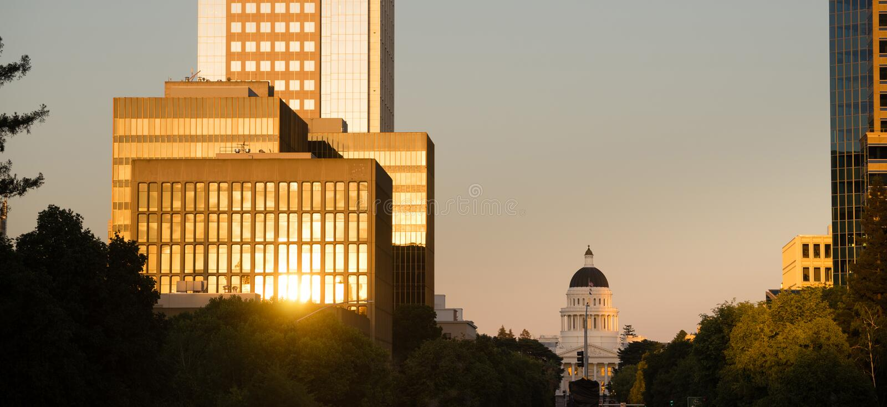 日落反射大厦街市萨加门多加利福尼亚盖帽 库存照片