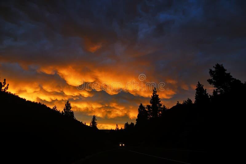 日落和一条乡下公路在太浩湖和Hwy 89附近 库存照片