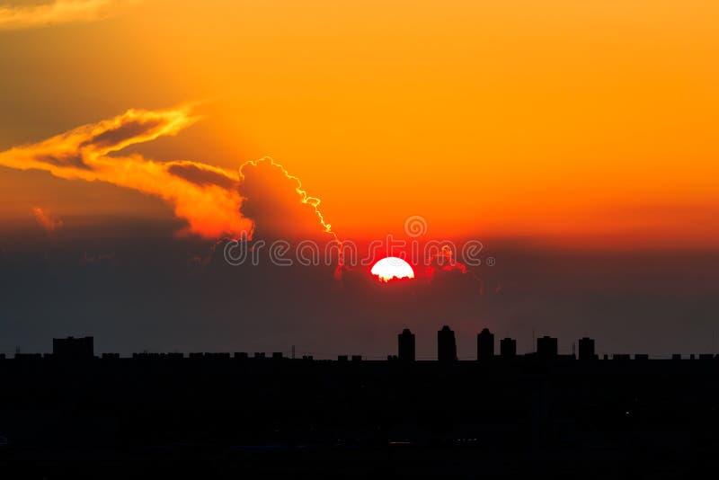日落和云彩在都市风景和机场 免版税库存照片