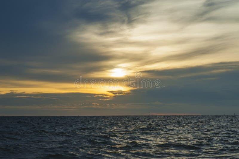 日落和云彩桔子天空 免版税库存图片