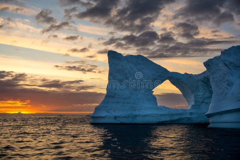 日落和冰山在格陵兰 最巨大的看法 库存照片