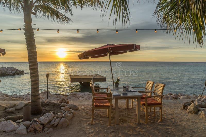 日落和咖啡馆由海 库存图片