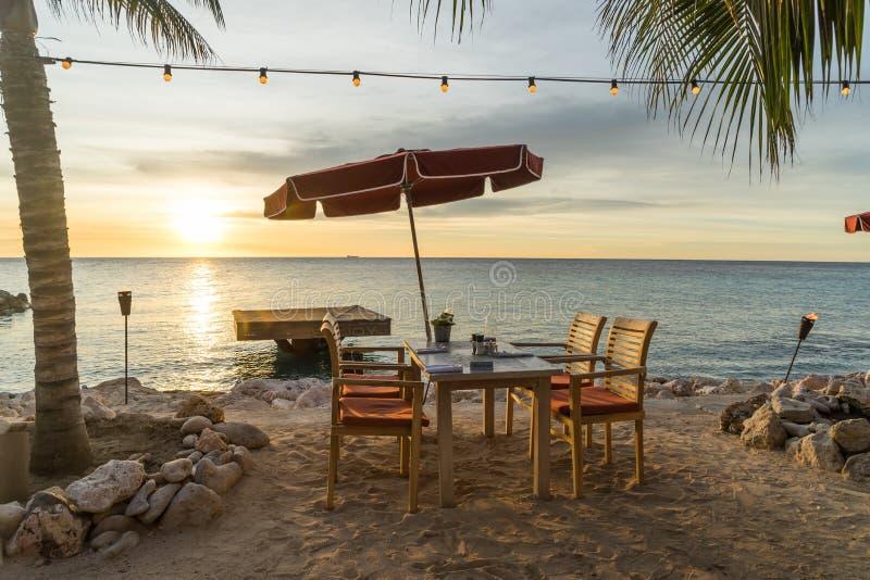 日落和咖啡馆由海 图库摄影