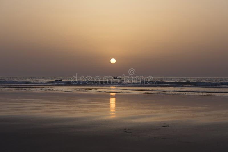 日落和小船在Asilah海滩在摩洛哥 免版税图库摄影