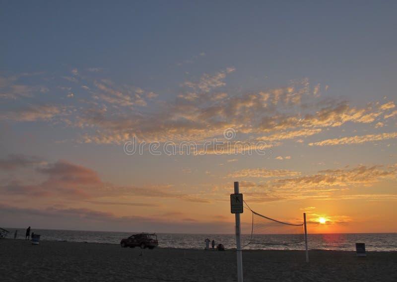 日落和排球网,托兰斯海滩,洛杉矶,加利福尼亚 免版税库存图片