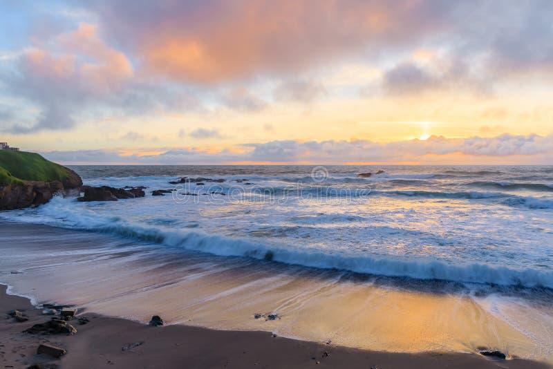 日落和柔滑的水的淡色从碰撞由鸽子点灯塔的波浪长的曝光在加利福尼亚北部 免版税库存照片