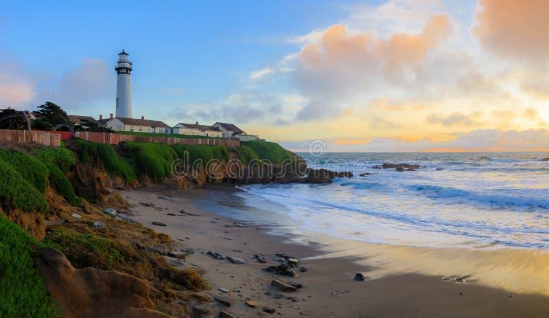 日落和柔滑的水的淡色从碰撞由鸽子点灯塔的波浪长的曝光在加利福尼亚北部 库存照片