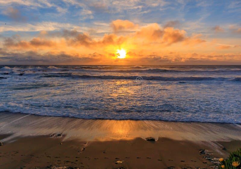 日落和柔滑的水的淡色从碰撞由鸽子点灯塔的波浪长的曝光在加利福尼亚北部 库存图片