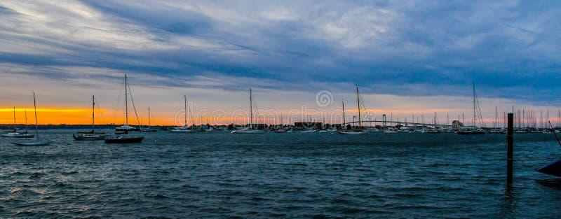 日落和桥梁在Narragansett海湾 库存图片