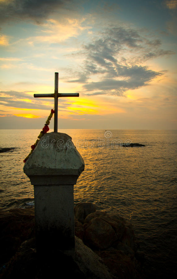 日落和耶稣受难象, Vagator,果阿,印度 免版税图库摄影