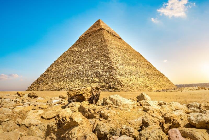 日落和金字塔 免版税库存照片