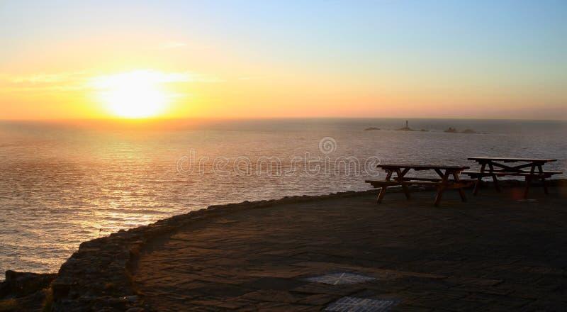 日落和长凳 免版税库存照片