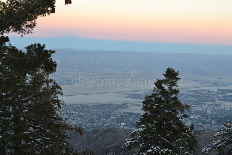 日落和雾在山 免版税库存图片