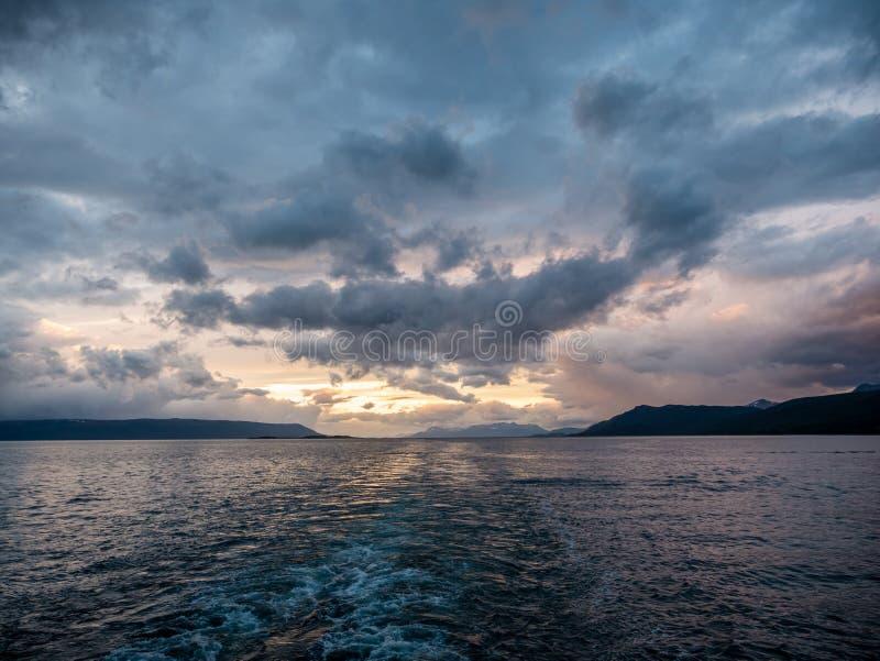 日落和cloudscape在比格尔海峡,边界在银之间 免版税库存图片