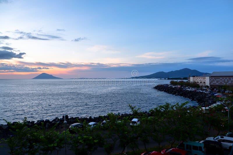 日落在万鸦老市,北部苏拉威西岛 免版税库存照片