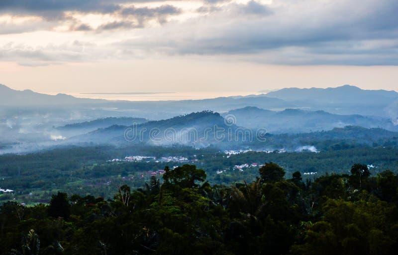 日落在万鸦老市,北部苏拉威西岛 免版税库存图片