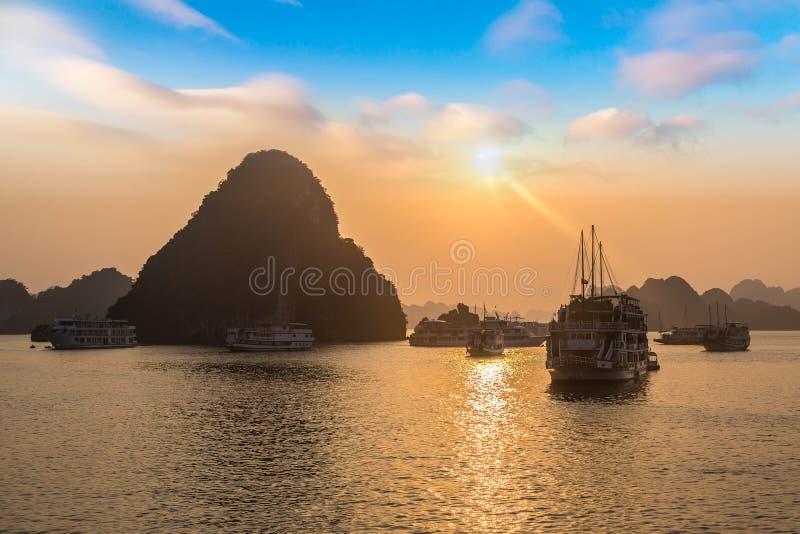日落在下龙湾,越南 库存图片