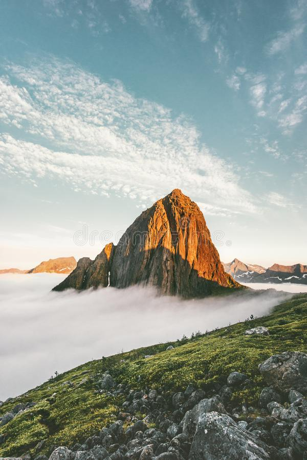 日落在云彩视图的山峰风景 库存照片