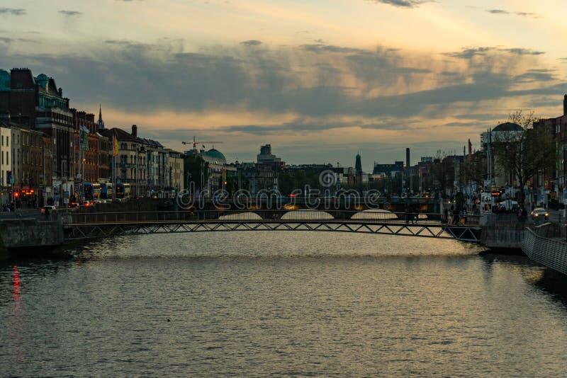 日落在从liffey河桥梁的都伯林 免版税库存图片